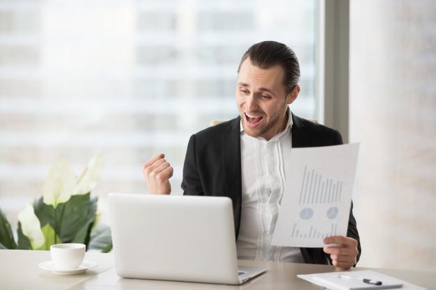 Hombre feliz generando ingresos desde casa